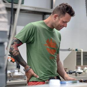 T-Shirt de travail 'TIDY' vert en action | DIKE