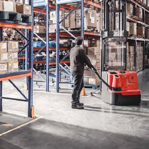 Gerbeur électrique à conducteur accompagnant adaptée à la plupart des opérations de gerbage - 2
